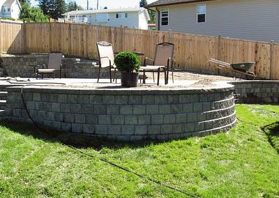 Curved Pisa wall with elevated patio