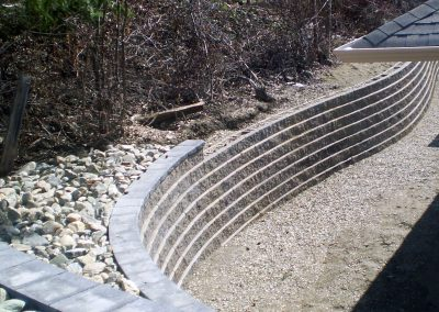 Nicely flowing retaining wall